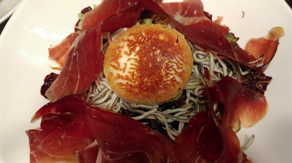 Ensalada de queso de cabra, jamón y gulas - LA SORBONA BAR