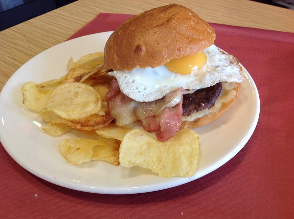 Hamburguesa completa: Bacon queso lechuga tomate cebolla y huevo frito - Tapiteo