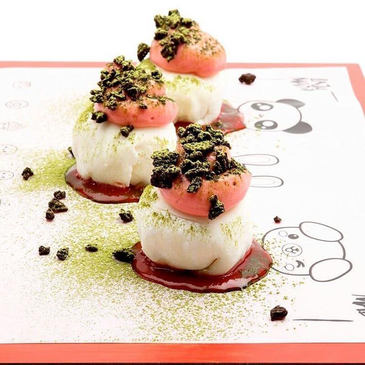 Mochi de chocolate blanco con té matcha y crema de fresa - La Jamada