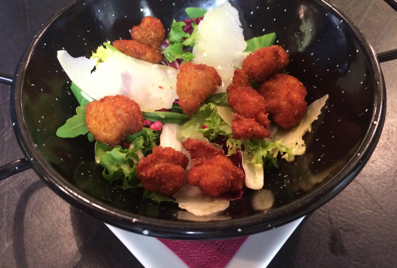 Mollejitas de cordero lechal fritas con ensalada de la huerta - El Trassiego